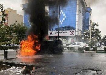 نیران غضب الشعب الإیراني تلتهم بنوك ورموز النظام