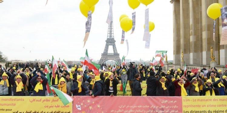 انصار المقاومة الإیرانیة یتظاهرون في باریس دعم لانتفاضة الشعب الإیراني