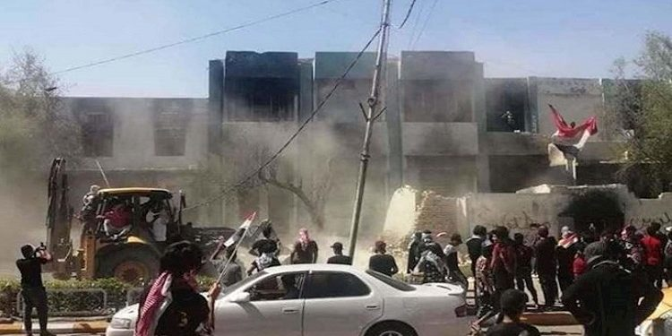 غضب شعبي في العراق.. هدم جميع مقار أتباع النظام الإيراني في الناصرية