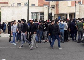 طلاب المدارس يحتجون على الامتحانات الحضورية في مدن مختلفة من إيران